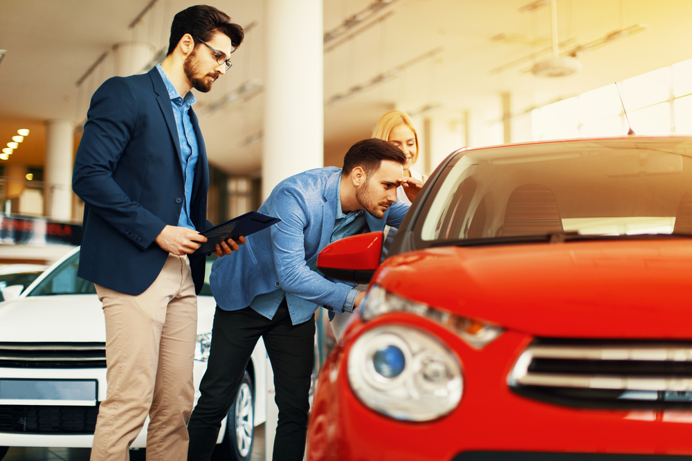 do-car-dealerships-offer-financing checking on a car